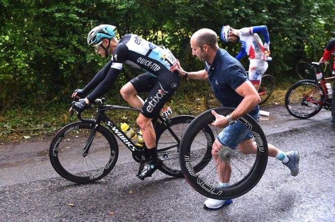 Julien Vermote recibiendo un empujón, tras la caída. (© Etixx - Quick-Step / Tim de Waele.)