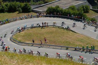 El pelotón en camino al Alpe d'Huez.