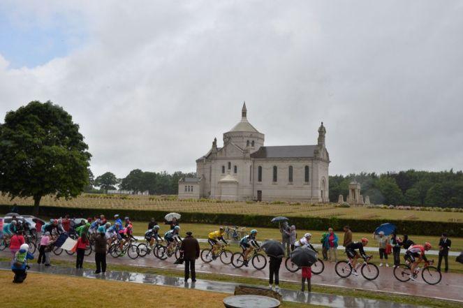 El pelotón a su paso por Notre-Dame-de-Lorette, el monumento a los soldados caídos de la región.