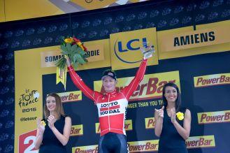 André Greipel se lleva doble premio. Aquí levanta los brazos como ganador de la etapa.