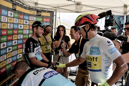 Mark Cavendish es felicitado por Peter Sagan.