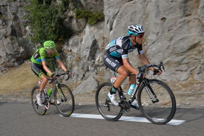 Matteo Trentin, acompañado de Ryder Hesjedal, cuando restaban cerca de 40 kilómetros a meta.
