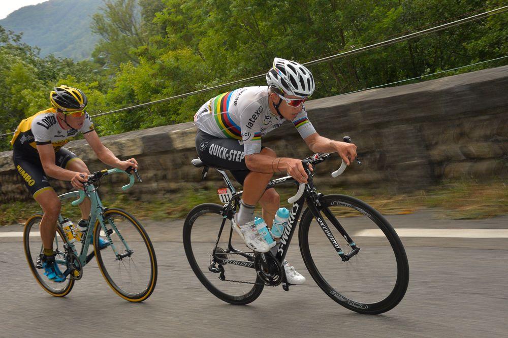 Michal Kwiatkowski y  Sep Vanmarcke, en camino a Plateau de Beille.