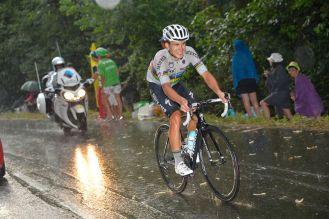 Michal Kwiatkowski bajo la lluvia, mientras enfrentaba en solitario el ascenso a Plateau de Bielle.