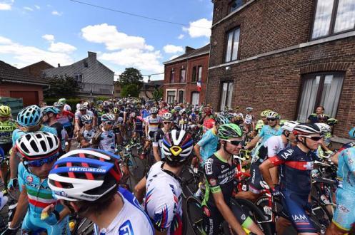 La carrera se neutralizó a metros de ascender a Côte de Bohisseau, el primer premio de montaña del día.