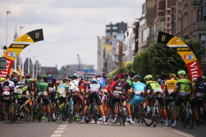 El lote esperando la partida, en la jornada #3 del Tour de France 2015.