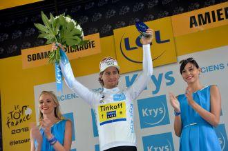 Peter Sagan continúa vestido con la camisa blanca, que lo pone como el mejor de los jóvenes.