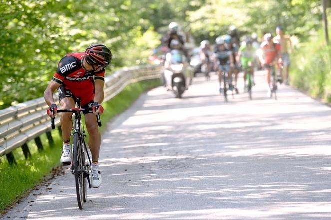Philippe Gilbert mira hacia atrás para estar seguro de llevarse la etapa 18. (foto: ©Tim De Waele)