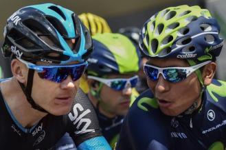 Nairo Quintana cruzando algunas palabras con Chris Froome, antes del comienzo de la carrera.
