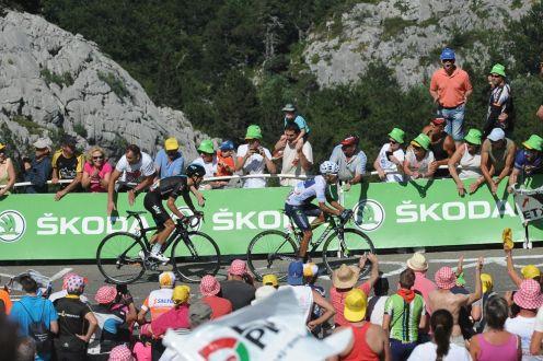 Nairo Quintana, a pocos metros de cruzar la línea de meta, es alcanzado por un fortísimo Richie Porte que lo sobrepaso.