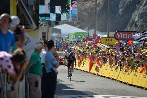 Richie Porte, escudero de Froome, pasa por delante de Nairo Quintana, tomando el segundo lugar del día.