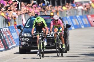 Ryder Hesjedal junto a Alberto Contador en línea de meta. (foto: ©Tim De Waele)