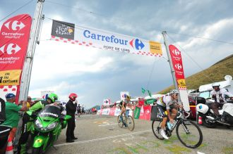 Michal Kwiatkowski y Sep Vanmarcke a su paso por Port de Lers.