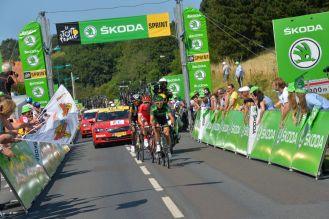 Perrig Quemeneur, Kenneth Van Bilsen y Daniel Teklehaimanot a su paso por el sprint de Saint-Leonard.