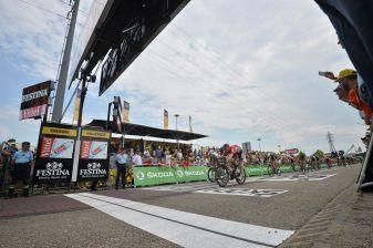 Greipel ganó con contundencia, un apretado sprint de cuatro hombres.