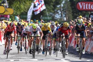 La pelea por el tercer lugar dio paso a un embalaje, con Sagan y Valverde como protagonistas.