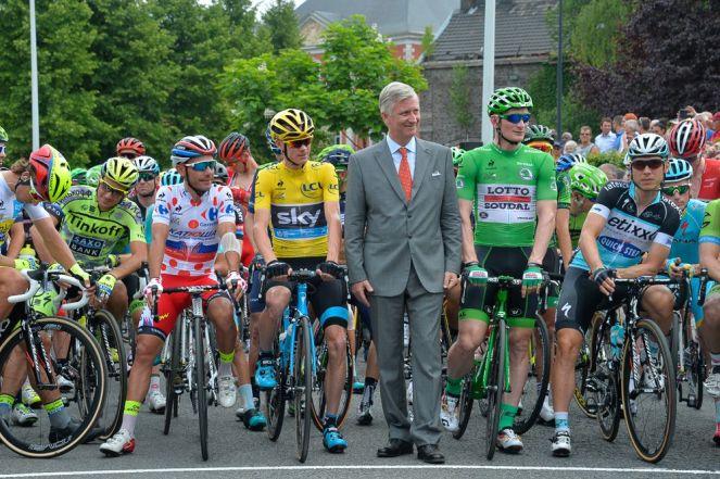 """El rey de Bélgica participo en la partida de la carrera. A su lado """"Purito"""" Rodríguez, Chris Froome y André Greipel."""