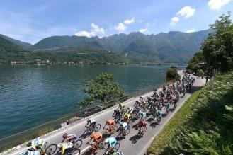 El pelotón rodando en el Lago Maggiore durante la etapa 18. (foto: ©Tim De Waele)