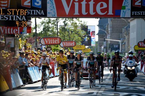 Tony Martin termina la etapa acompañado de 4 de los hombres del Etixx Quick Step.