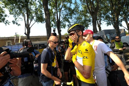 Tony Martin, sufrió una caída a 400 metros de la meta. Terminó con una clavícula rota, que lo obligó a abandonar el Tour, siendo líder.