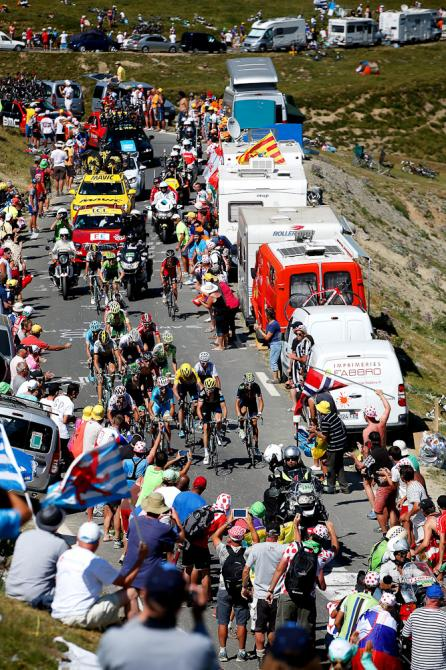 Cientos de espectadores a lado y lado del camino a la cima del Tourmalet.