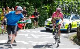 Alberto Contador atacó en Monte Ologno, poniendo mas tiempo entre él y sus rivales directos Landa y Aru.