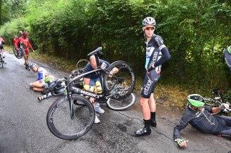 Vermote luego del accidente al inicio de la etapa, con los hombres del Cofidis. (© Etixx - Quick-Step / Tim de Waele.)