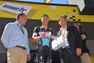 Zdenek Stybar recibió una placa simbólica por su victoria de ayer.