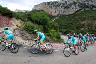 El tiempo de Sicard y Brambilla, que ya amenazaba a Aru, movió a los Astana a marcar un paso más fuerte.