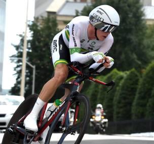 Rohan Dennis tuvo un desperfecto mecánico y tuvo que cambiar de bicicleta. Quedó sin pantalla para seguir su desempeño.
