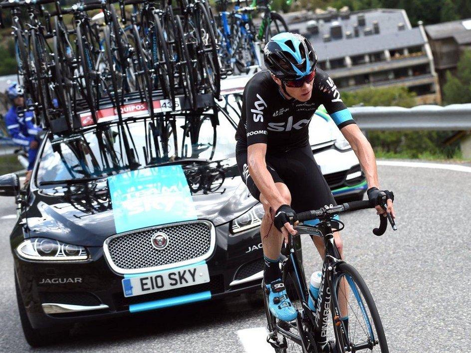 Chris Froome sufrió frente a las cámaras, durante la etapa más cruel en el ciclismo de los últimos tiempos .