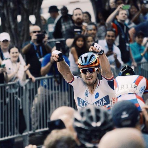 Sagan se bajó de la bicicleta y se quedó en la vía para recibir la felicitación de gran parte del pelotón.