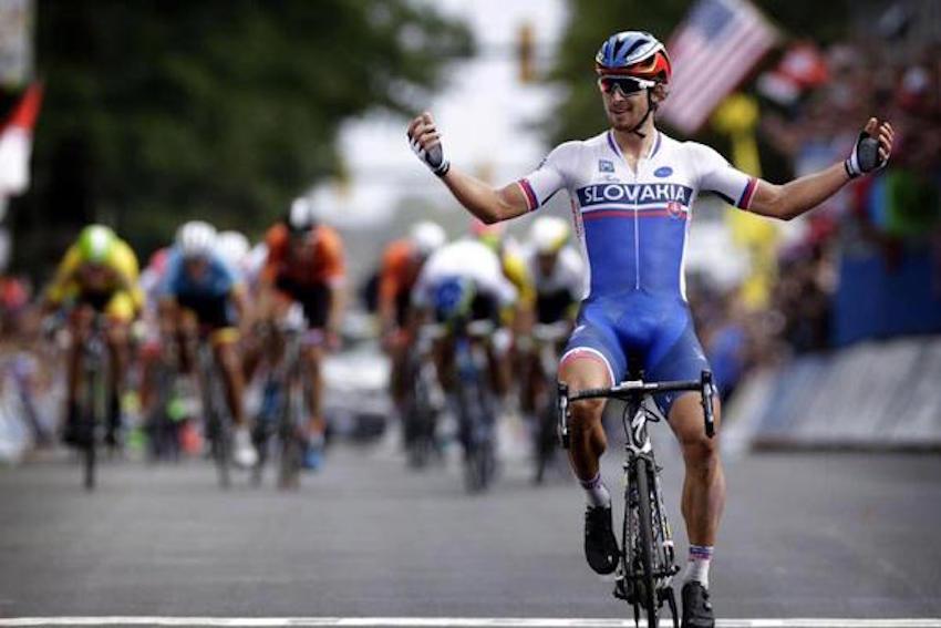 Peter Sagan cruza la meta, todavía sin poder creerse que es el nuevo campeón mundial de ruta.