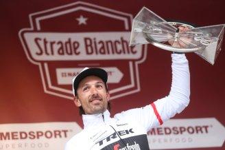 """""""Spartacus"""" Cancellara alzando por tercera vez el trofeo de la Strade Bianche."""