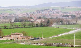 Los caminos blancos de Toscana dan nombre a la carrera.