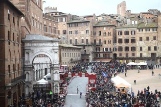 La Piazza del Campo recibió la décima llegada de la Strade Bianche.