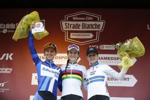 El podio femenino de la Strade Bianche 1. Lizzie Armitstead, 2. Katarzyna Niewiadoma y 3. Emma Johansson