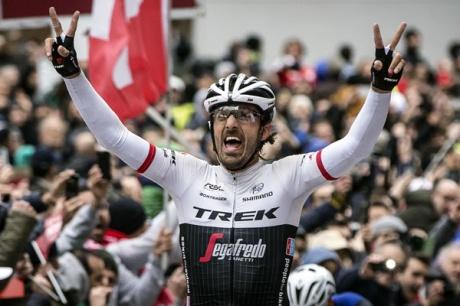 Cancellara celebra la triple corona de la Strade Bianche.