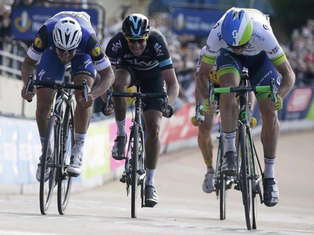 Boonen, Stannard y Hayman, a full gas sobre el Velódromo de Roubaix. © Handout Team Sky.