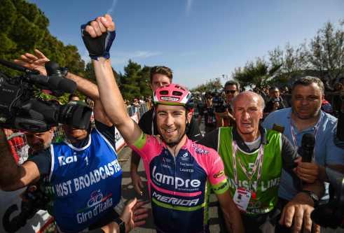 Ulissi rodeado por la prensa, después de su victoria © Handout RCS Sport