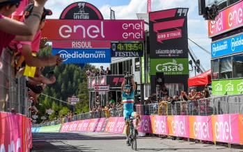 La celebración de Nibali en meta, con amplia ventaja sobre Chaves, a quién soltó faltando 5,000 metros © Handout RCS Sport