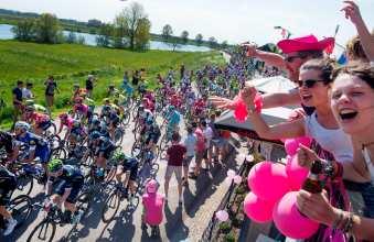 Cada uno de los espectadores que salió a alentar a los ciclistas, lucía de rosa © Handout RCS Sport