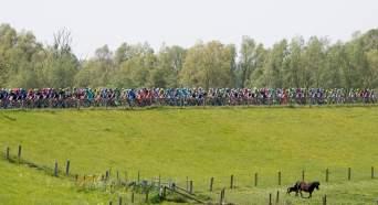 Nuevamente el paisaje holandés recibió, radiante, la caravana del Giro © Handout RCS Sport