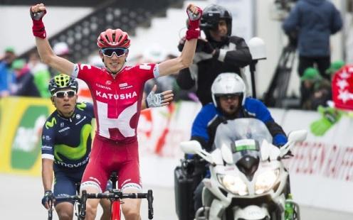 Zakarin alza los brazos para celebrar una victoria que no fue © Handout Movistar Team
