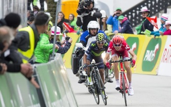Ilnur Zakarin adelanta a Quintana tras una acción antideportiva en la etapa 2 © Handout Movistar Team