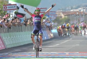 Diego Ulissi cruzó la meta en solitario, con un pelotón empeñado en darle caza © Handout RCS Sport