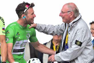 Mark Cavendish luciendo el jersey verde de los embaladores. Lo acompaña el legendario André Darrigade © Handout A.S.O.