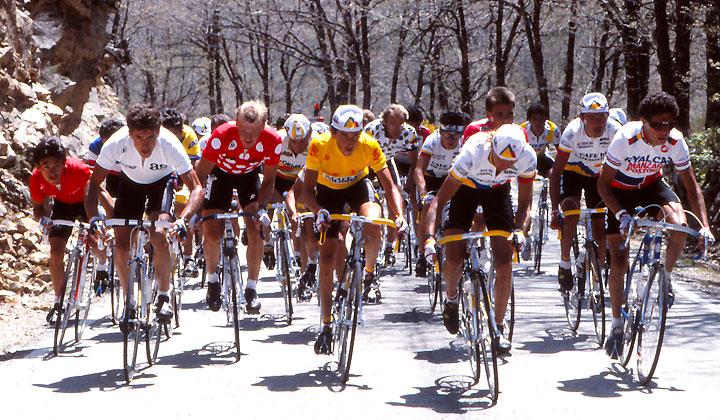 Herrera, vestido con la amarilla de ese entonces, fue el primero de los escarabajos en ser campeón de una Gran Vuelta.